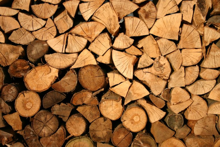Wood logs for a biomass heating installation